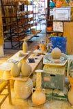 CHANIA, ΝΗΣΊ ΤΗΣ ΚΡΉΤΗΣ, ΕΛΛΆΔΑ - 24 ΙΟΥΝΊΟΥ 2017: Χειρωνακτική παραγωγή των κεραμικών προϊόντων σύμφωνα με τις παλαιές συνταγές Στοκ Φωτογραφίες