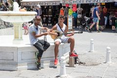 Chania, Крит, Греция - 27-ое июня 2017: Музыканты улицы выполняют в улицах Chania, Крита Стоковое фото RF