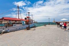 Chania, Крит - 26-ое июня 2016: Старый корабль для ежедневных круизов на обваловке старый городок Chania и маяка, Крита Стоковое Фото