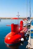 CHANIA, ОСТРОВ КРИТА, ГРЕЦИЯ - 24-ОЕ ИЮНЯ 2017: Красная туристская полу-подводная лодка на море без capitan Голубое Средиземное м стоковые изображения