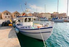 Chania, остров Крит, Греция - 26-ое июня 2016: Греческое ` St Nicholas ` корабля моря для заразительных рыб причалено к пристани  Стоковые Изображения RF