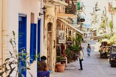 Chania, Creta, Grécia, o 10 de setembro de 2017: Vista da rua antiga na cidade velha fotografia de stock royalty free