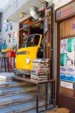 Chania, Crete Grecja, CZERWIEC, - 24, 2017: Żółta kawiarnia w postaci samochodu w ulicie w Grecja, Crete, Chania Obrazy Royalty Free