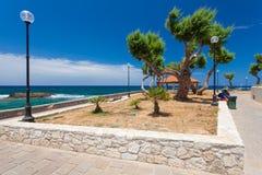 Chania, Crete, Grecja 26 Czerwiec, 2016: Lampy, drzewa i lato dom, są na bulwarze morze śródziemnomorskie Zdjęcie Royalty Free