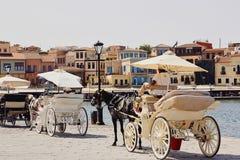 Chania, Crete, Grecja, Wrzesień 10, 2017: Widok stary miasteczko, venetian port i konia fracht, obrazy stock