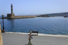 Chania - 21 de mayo - ciudad vieja. Turistas que dan un paseo a lo largo del promenad Fotografía de archivo libre de regalías