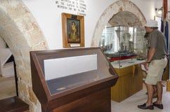 Chania - 21 de mayo - turista considera el icono en el museo marítimo Fotografía de archivo