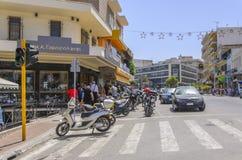 Chania - 21 de mayo - turista hace compras en el sreet en Chania- Chania, Cr Imágenes de archivo libres de regalías