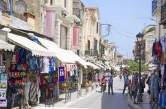 Chania - 21 de mayo - turistas en tiendas de souvenirs en Chania, 2013 Fotografía de archivo libre de regalías