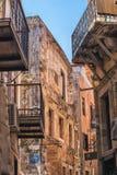 CHANIA, GRÈCE 2017 août : Rue colorée de Chania pendant le midi avec les boutiques de cadeaux et les restaurants locaux le long d Image stock