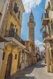 CHANIA, GRÈCE 2017 août : Rue colorée de Chania pendant le midi avec les boutiques de cadeaux et les restaurants locaux le long d Image libre de droits