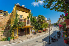 CHANIA, GRÉCIA - 2017 agosto: Rua colorida de Chania durante o meio-dia com lojas de lembranças e os restaurantes locais ao longo Foto de Stock Royalty Free