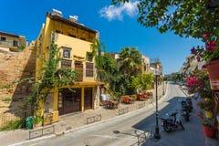 CHANIA, GRECIA - el 2017 de agosto: Calle colorida de Chania durante el mediodía con las tiendas de regalos y los restaurantes lo Foto de archivo libre de regalías
