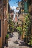 CHANIA, GRECIA - el 2017 de agosto: Calle colorida de Chania durante el mediodía con las tiendas de regalos y los restaurantes lo Fotos de archivo libres de regalías