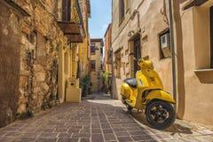 CHANIA, GRECIA - el 2017 de agosto: Calle colorida de Chania durante el mediodía con las tiendas de regalos y los restaurantes lo Fotos de archivo
