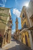 CHANIA, GRECIA - el 2017 de agosto: Calle colorida de Chania durante el mediodía con las tiendas de regalos y los restaurantes lo Imagen de archivo libre de regalías