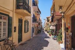 CHANIA, GRECIA - el 2017 de agosto: Calle colorida de Chania durante el mediodía con las tiendas de regalos y los restaurantes lo Imagen de archivo