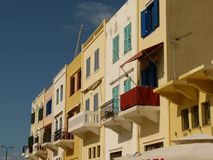Chania hus med kulöra slutare och balkonger under en blå himmel, Kreta royaltyfri bild