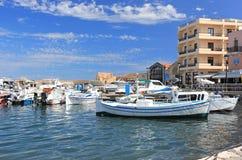 Chania Kreta, Grekland - September 21, 2016: Turister besöker den gamla Venetian porten av Chania på en solig dag Arkivbilder