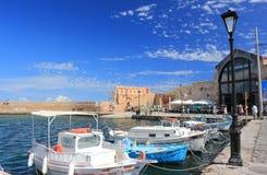 Chania Kreta, Grekland - September 21, 2016: Turister besöker den gamla Venetian porten av Chania på en solig dag Arkivfoto