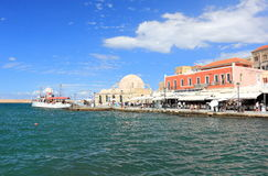 Chania Kreta, Grekland - September 21, 2016: Turister besöker den gamla Venetian porten av Chania på en solig dag Arkivbild