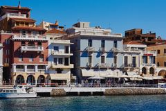 Chania, Kreta, Griekenland, 10 September, 2017: Mening van de oude gebouwen en de oude Venetiaanse haven stock fotografie