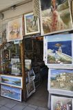 Chania, le 1er septembre : Les peintures de souvenir font des emplettes du centre ville de Chania en île de Crète de la Grèce photos stock
