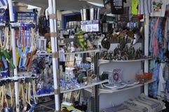 Chania, le 1er septembre : Magasin de bazar du centre ville de Chania en île de Crète de la Grèce photos stock