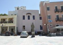 Chania, le 1er septembre : Statue d'Athenagoras dans la vieille ville avec l'architecture vénitienne de Chania en île de Crète de photo stock