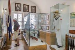 Chania - 21 Mei - Toerist die de tentoongestelde voorwerpen van Mariti overwegen Stock Foto's