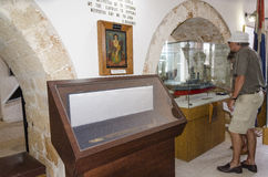 Chania - 21 Mei - Toerist overweegt pictogram in het Maritieme Museum Stock Fotografie