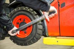 Chaning um pneumático da empilhadeira Fotos de Stock Royalty Free
