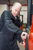 Chaning um pneumático em uma empilhadeira Fotos de Stock Royalty Free