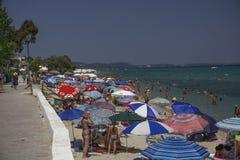 Chaniotis,希腊- 2017年7月08日:海滩的沐浴者在热 免版税库存图片