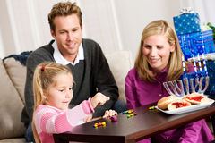 Chanoeka: Familie die Dreidel-Spel voor Chanoeka spelen Royalty-vrije Stock Foto's