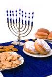 Chanoeka menorah, donuts en muntstukken Royalty-vrije Stock Foto's