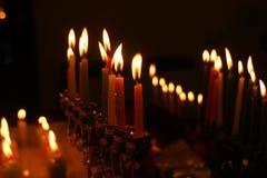 Chanoeka menorah met aangestoken kaarsen in dark royalty-vrije stock afbeelding