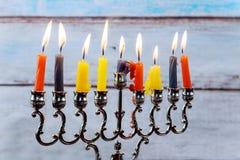 Chanoeka menorah met kaarsen en zilveren dreidel Royalty-vrije Stock Afbeeldingen
