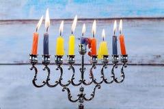 Chanoeka menorah met kaarsen en zilveren dreidel Stock Fotografie