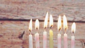 Chanoeka menorah met kaarsen het gelukkige branden stock video