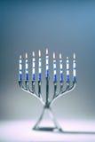 Chanoeka Menorah met Lit-Kaarsen Stock Afbeeldingen