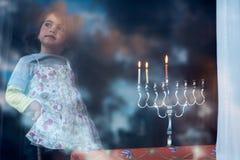 Chanoeka menorah op de tweede dag van Chanoeka Stock Afbeelding