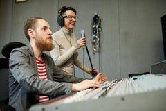Chanson saine d'enregistrement de concepteur et de chanteur dans le studio de production image stock