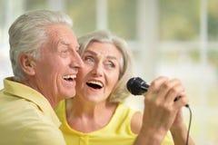 Chansons de chant de mari et d'épouse de couples Images stock