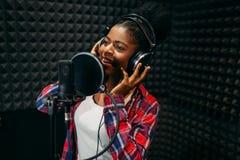Chansons femelles d'interprète dans le studio d'enregistrement audio photo libre de droits