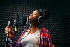 Chansons femelles d'interpr?te dans le studio d'enregistrement audio photo stock