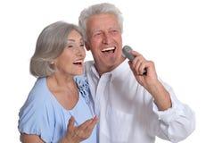 Chansons mûres de chant de couples Photos stock