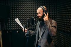Chansons masculines de chanteur dans le studio d'enregistrement audio photo stock