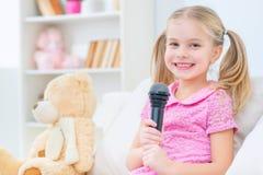 Chant agréable de fille Images stock