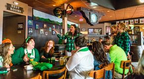 Chant au bar le jour de St Patty image libre de droits